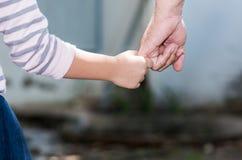 Père et fille se tenant de pair Images libres de droits