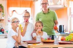 Père et filles dans la consommation de cuisine saine Images libres de droits
