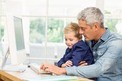 Père et fils à l'aide de l'ordinateur Image libre de droits