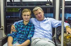 Père et fils à l'autobus d'aéroport Images stock