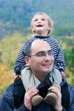 Père et fils à l'extérieur photos stock