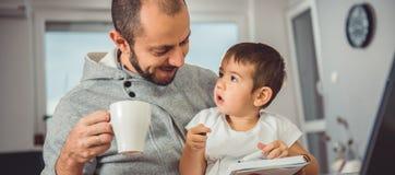 Père et fils à la maison Photos libres de droits