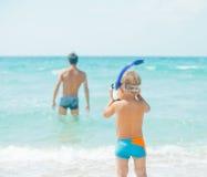 Père et fils à la plage Images libres de droits