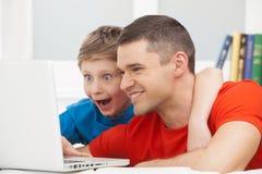 Père et fils. photos stock