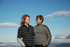 Père et fils adolescent jouant le toge Image stock