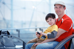 Père et fils affectueux à l'aéroport, partant en vacances Photo stock