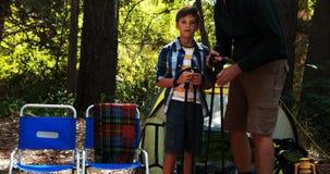 Père et fils agissant l'un sur l'autre les uns avec les autres en dehors de la tente banque de vidéos