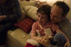 Père et fils appréciant des vacances de Noël Images libres de droits