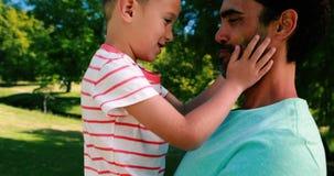 Père et fils appréciant ensemble en parc clips vidéos