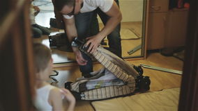 Père et fils assemblant un berceau banque de vidéos