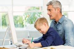 Père et fils au bureau Photos libres de droits