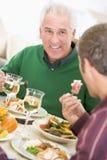 Père et fils au dîner de Noël photographie stock