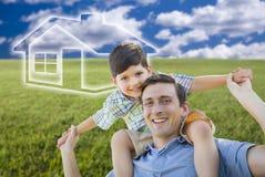Père et fils au-dessus de champ d'herbe, ciel, icône de Chambre de Ghosted Photographie stock libre de droits