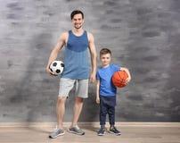 Père et fils avec des boules Image libre de droits