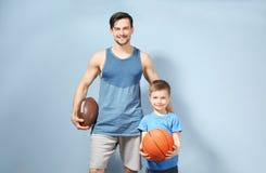 Père et fils avec des boules Images stock