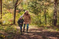 père et fils avec des jumelles marchant ensemble photo stock