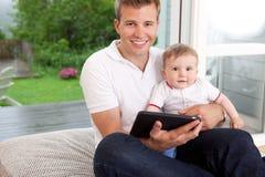 Père et fils avec la tablette de Digitals Image libre de droits