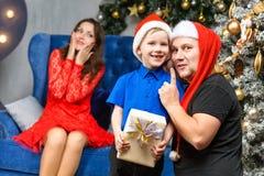 Père et fils avec le boîte-cadeau de Noël Photographie stock