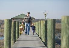 Père et fils avec le piège de crabe Photo stock