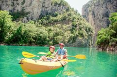 Père et fils ayant l'amusement et appréciant des sports dehors Activités en plein air d'équipe Famille Kayaking Gorge Congost De  images stock