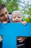 Père et fils ayant l'amusement dans le terrain de jeu Photos stock