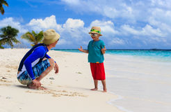 Père et fils ayant l'amusement des vacances d'été Images stock