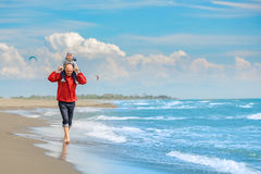 Père et fils ayant l'amusement sur la plage tropicale Image stock