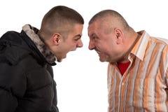 Père et fils ayant un argument photos libres de droits