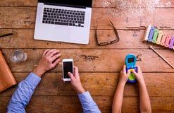 Père et fils, bureau avec l'ordinateur portable et smartphone Photos libres de droits