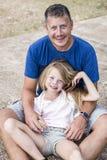 Père et fils caressant sur la plage Photographie stock libre de droits