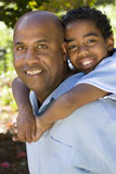 Père et fils d'afro-américain passant le temps ensemble Images stock