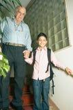 Père et fils dans la cage d'escalier-Vert Photographie stock
