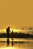 Père et fils dans la plage Photo stock