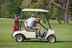 Père et fils dans le chariot de golf image libre de droits