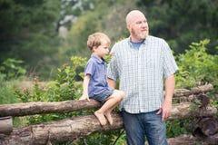 Père et fils dans le jardin Photos libres de droits