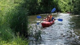 Père et fils dans le kayak rouge Photographie stock