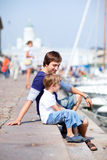 Père et fils dans le port de ville Photographie stock