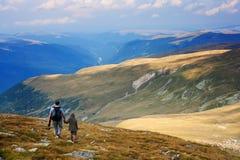 Père et fils dans les montagnes Images libres de droits