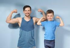 Père et fils dans les vêtements de sport Photographie stock libre de droits