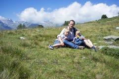 Père et fils dans un pré alpin photographie stock
