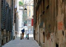 Père et fils dansant la rue de ville Images stock