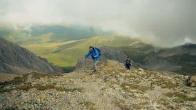 Père et fils de couples de randonneur dans le beau paysage Randonneurs homme et trekking d'enfant marchant avec des sacs à dos da banque de vidéos