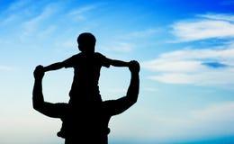 Père et fils de silhouette Image stock