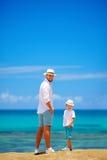 Père et fils de sourire des vacances d'été près du bord de la mer Photo stock
