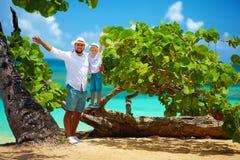 Père et fils de sourire des vacances d'été près du bord de la mer tropical Image stock