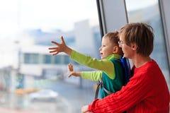 Père et fils de voyage de famille dans l'aéroport Photo libre de droits