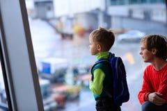 Père et fils de voyage de famille dans l'aéroport Image libre de droits
