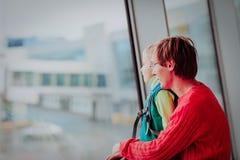 Père et fils de voyage de famille dans l'aéroport Photos stock