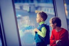 Père et fils de voyage de famille dans l'aéroport Photo stock