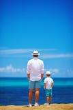 Père et fils des vacances d'été près du bord de la mer Image stock